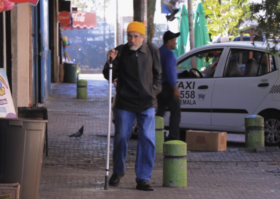 personas abrigadas frío suéter Dias de frío personas caminando calles abrigo viento Enero Capital