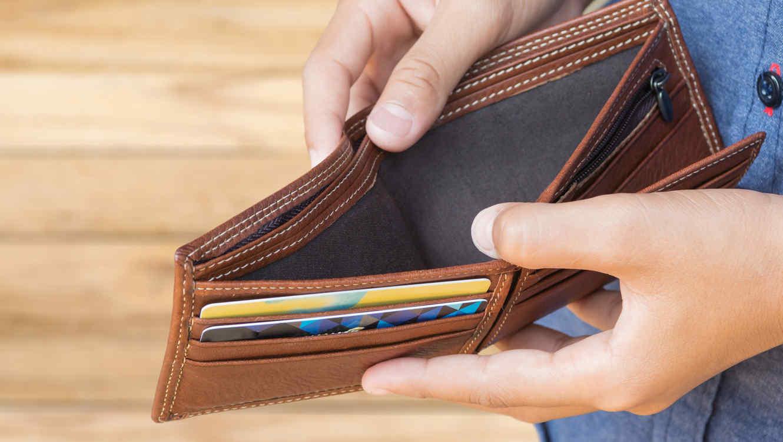 hombre-mostrando-billetera-vacia