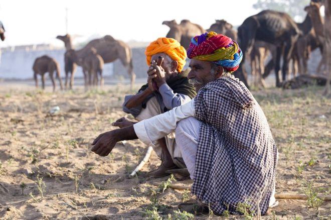 cuclillas-sentarse-india-bbc