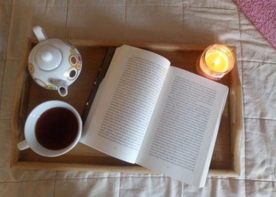 té, juego de té, libro, bandeja, vela, candela, páginas, hygge,