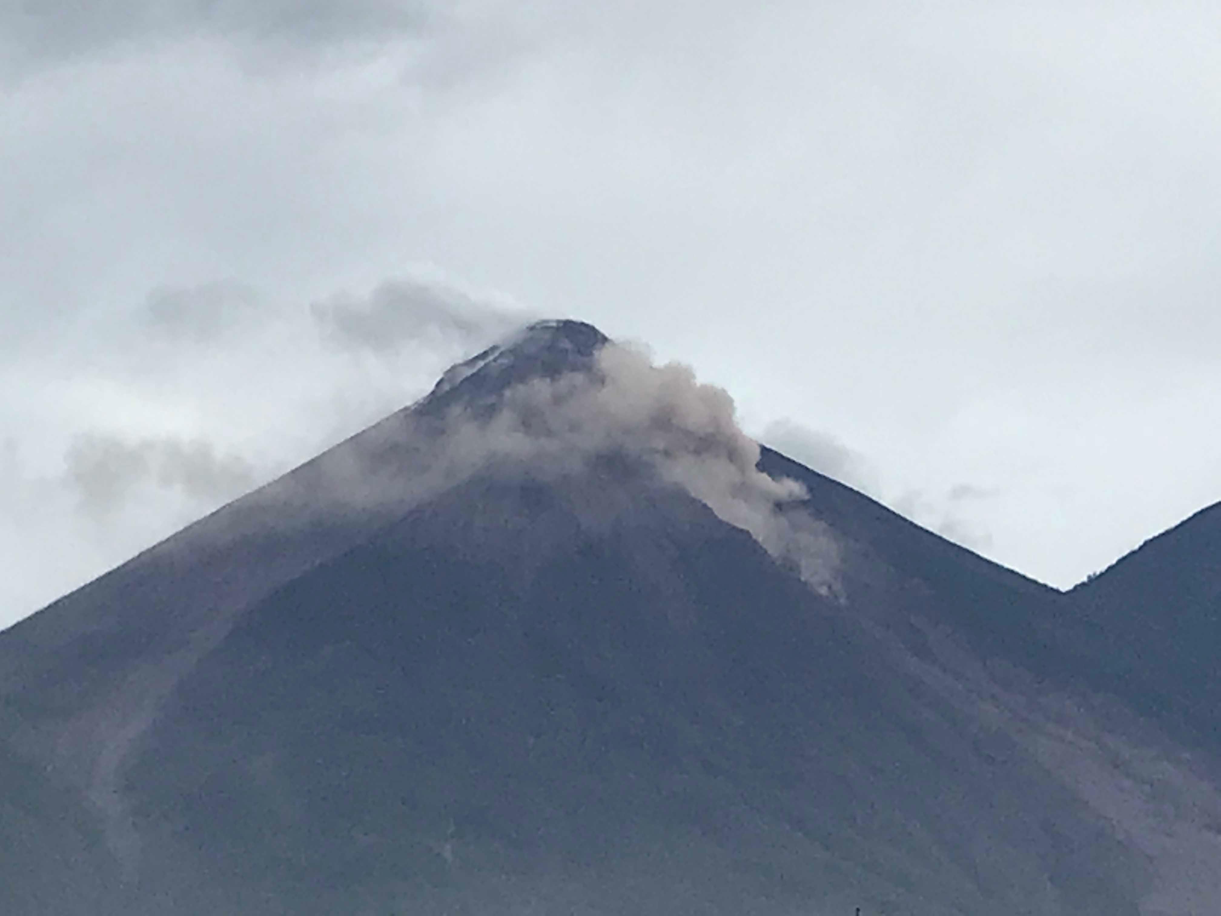 Alertan de descenso de lahar del volcán Santiaguito de Guatemala