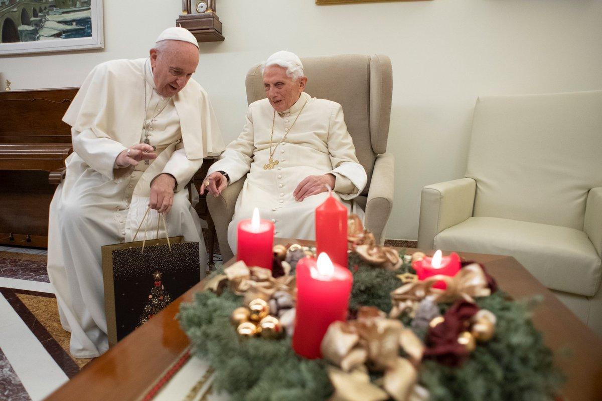 Francisco visita a Benedicto XVI para felicitarlo por Navidad